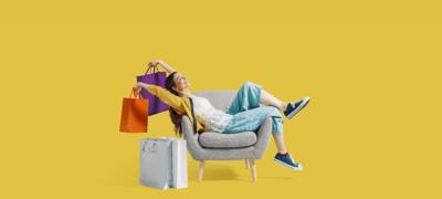 ショッピングバッグを持ってくつろぐ女性