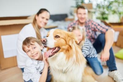 サムアップする家族と犬