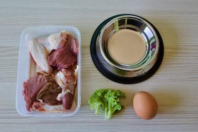 トレイに入ったペット用生肉