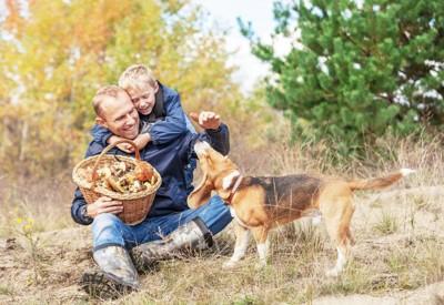 きのこを持った家族と犬