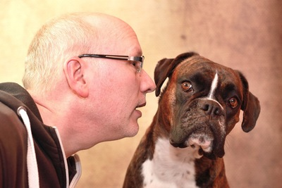 犬の耳元で話す人