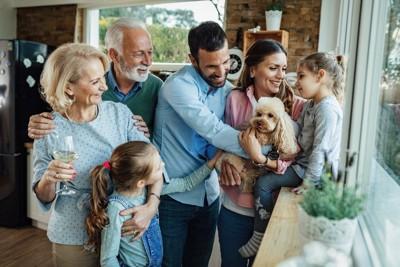 家族に囲まれている犬