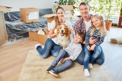 家族と引っ越す犬