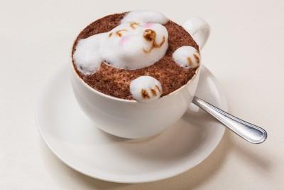 白いカップにコーヒーと犬のアート