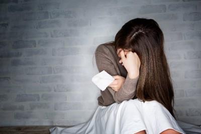 座り込んで泣く女性