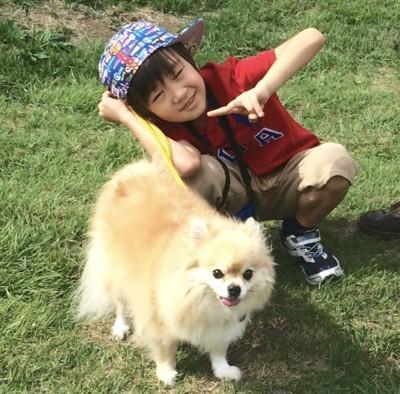芝生の上の男の子とクッキー