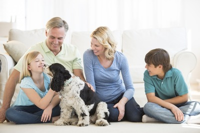 犬と幸せそうな家族