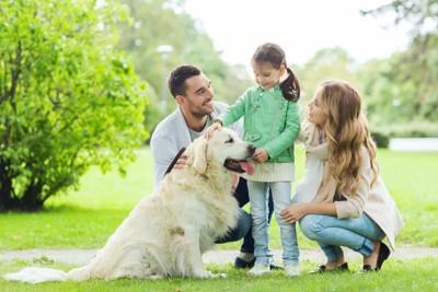 犬と3人家族