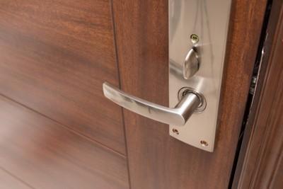 茶色のドア、銀色のドアノブ