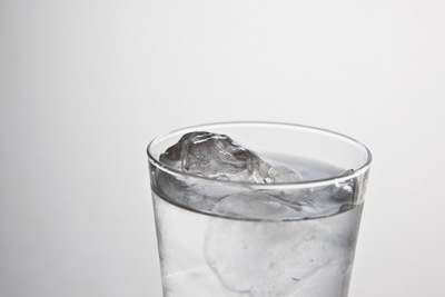グラスに入った氷水