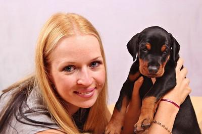 子犬と女性