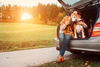 旅を楽しむ人と犬