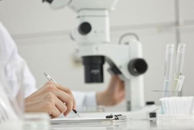 研究者と顕微鏡 159070064