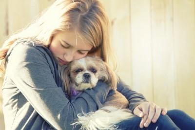 不安な飼い主と犬