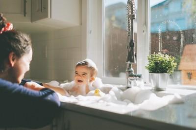泡風呂に入る赤ちゃん