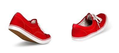 歩く赤いスニーカー