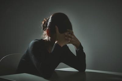 悲しんで落ち込む女性