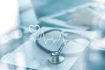 心電図モデルと聴診器と書類