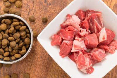 ドッグフードと生肉