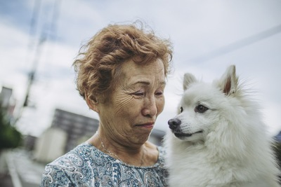 犬を抱く飼い主