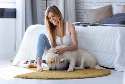 スキンシップをとる犬と女性