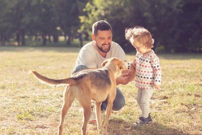 犬と子どもと男性