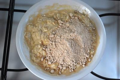 卵の生地に、粉を入れたところ