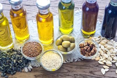 並べられた様々な種類のオイル