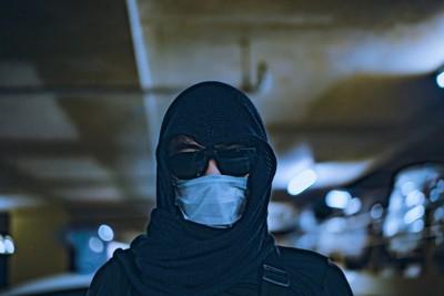 サングラスとマスクをつけている人