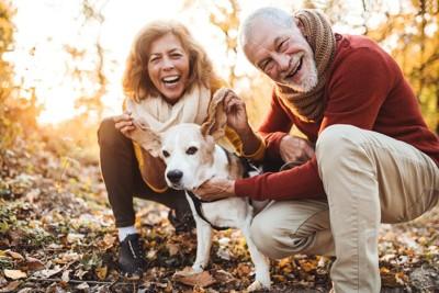男女が犬の耳を持ちながら微笑む
