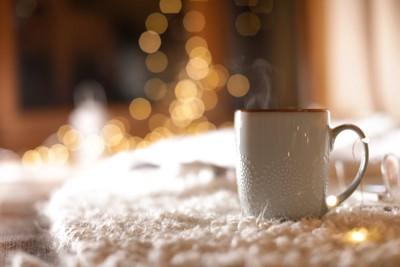 部屋に置かれたコーヒーカップ