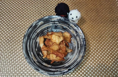 鶏の胸肉のジャーキーをお皿に並べた写真
