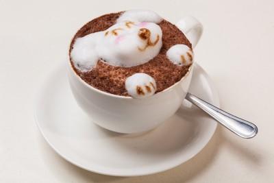 コーヒーで作られた犬のアート