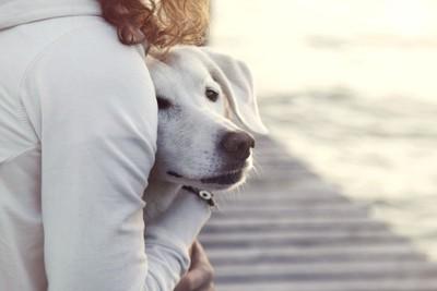 犬を抱き寄せる女性