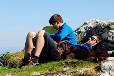 犬と家族が一緒に休憩している