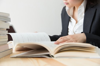 資格取得のため勉強する女性