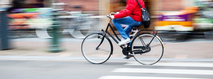 街中を走る自転車