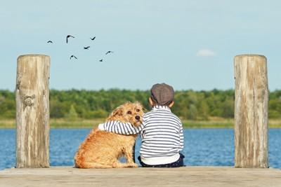 肩をくむ犬と子ども