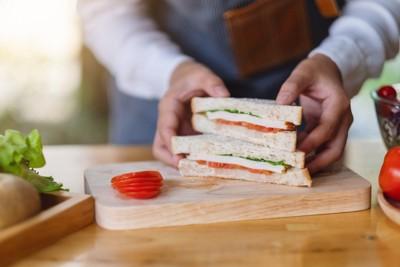 サンドイッチを作る人