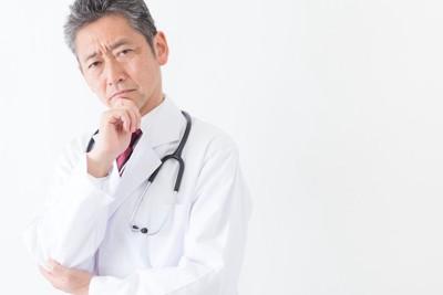考え込む男性医師