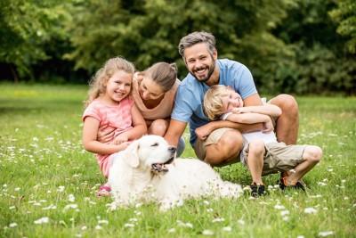 家族と一緒にくつろぐ犬