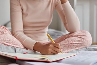 睡眠日記をつける女性