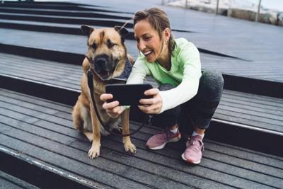 愛犬と一緒に写真を撮る女性