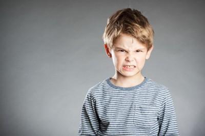 怒っている子ども
