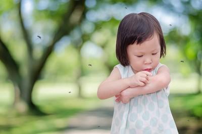 蚊に刺されている女の子