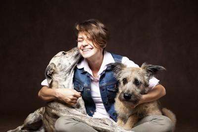 女性に甘える二匹の犬