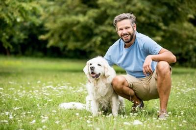 笑顔で犬を撫でる男性
