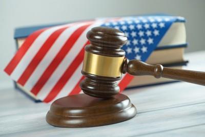 アメリカ国旗をバックにした裁判官のガベル