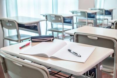 高校の教室 234012508