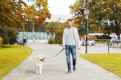犬の散歩中の男性